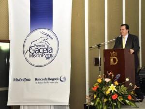 Jaime Andrés Sánchez recibiendo la distinción.