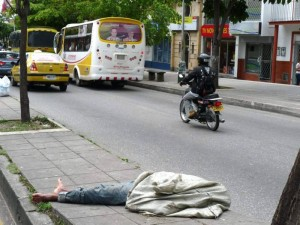 Día a día se ven más indigentes en la ciudad. Esta foto fue tomada en la carrera 33 frente al parque San Pío.