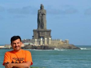 Hugo en la punta septentrional de la India, frente a la roca que sostiene la gigantesca estatua del maestro de filosofía ética Tiruvaluvar, gran sabio del sur de la India.
