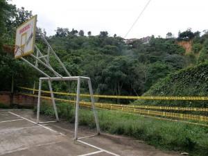 A la cancha de baloncesto de La Floresta le pusieron una cinta para limitar el peligro inminente por la caída del talud.