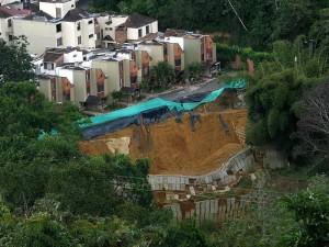 En la foto se aprecia el desplome del muro de contención que limita con el Conjunto Monte Mayor, en La Floresta.