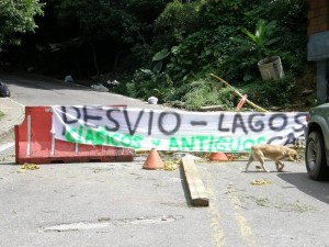 El cierre de la vía a Lagos del Cacique, por el cementerio Las Colinas, se produjo a inicios de esta semana.