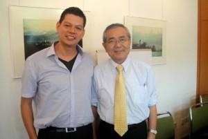 Al lado de Ei-ichi Negishi Premio Nobel de Medicina 2010.