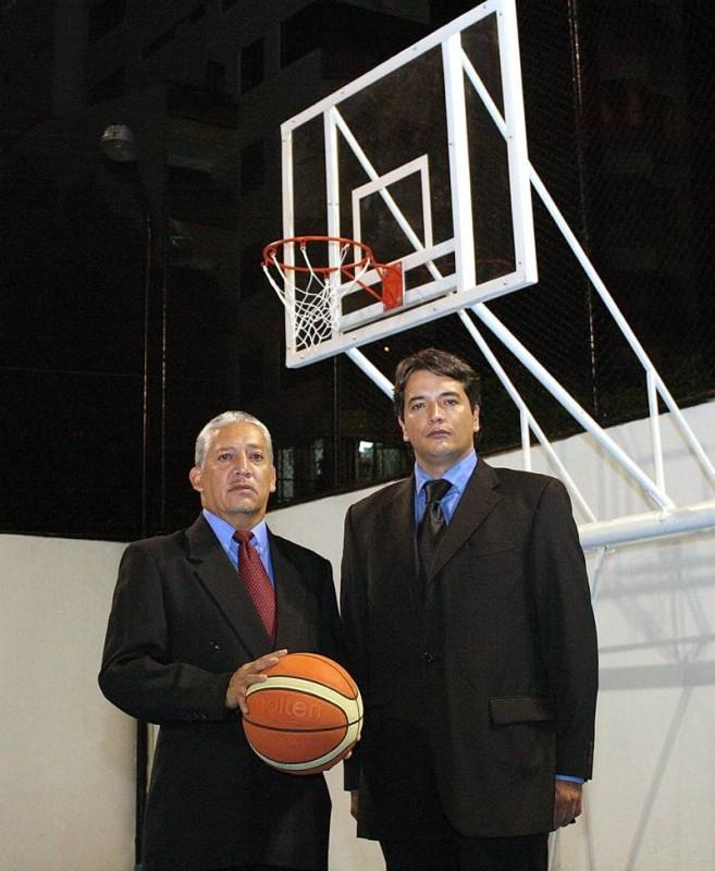 César y el profesor Jaime trabajan desde hace 15 años por sacar adelante el equipo de baloncesto del Club de Profesionales.