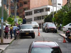 En el sector siempre se observan carros esta-cionados a lado y lado de la vía.