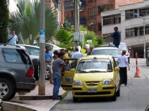 , la congestión es peor por otros vehículos sobre los andenes y los taxis que llevan a dejar o recoger servicios.