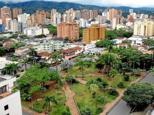 Edificaciones altas y locales comerciales rodean desde la década de los 80 y 90  al parque Las Palmas.