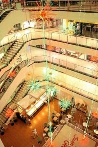 Al interior, el centro comercial brilla por las estrellas que penden por todo el centro.