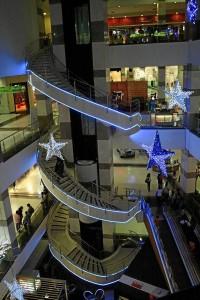 El espiral de las escaleras fue iluminado en Megamall.