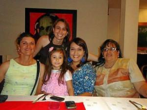 En la foto con sus amigas y familiares.