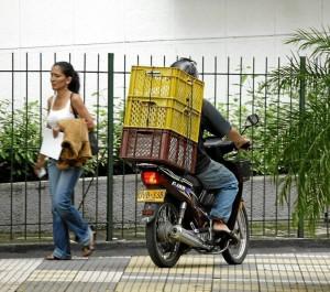 La invasión de andenes por parte de motociclistas domiciliarios es un problema frecuente en Bucaramanga.