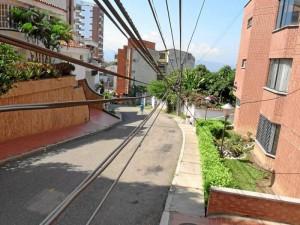 Los cables están en la carrera 49 entre calles 56 y 54 en Pan de Azúcar.