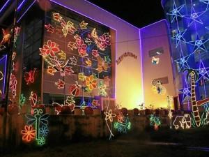 Las luces y el pesebre iluminado están en la fachada.