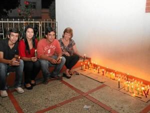 La familia Argüello Sierra prendió las velas en su casa.