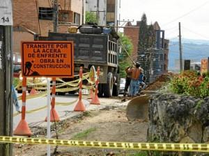 Los residentes de la carrera 40 piden que les arreglen los andenes rotos hace varios meses.