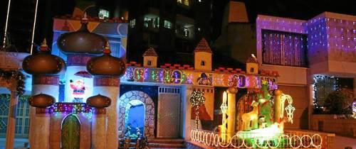 Luces navideñas que iluminan los hogares del sector