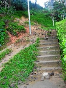 El paso por las escaleras también se vio afectado por el deslizamiento.