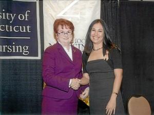 Sandra Bautista Hinestroza junto a la decana de la Facultad de Enfermería de la universidad estadounidense.