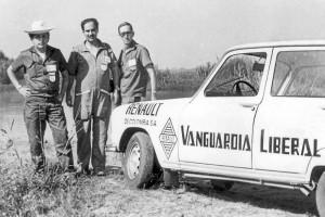 El cubrimiento deportivo de las Vueltas a Colombia a bordo de un vehículo de Vanguardia Liberal, junto al fallecido periodista Carlos Eduardo Tapias 'Tapita'.