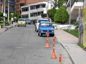 Más carros ocupando espacios de peatones