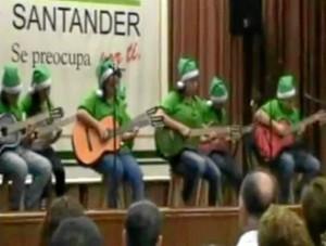 De manera gratuita, los niños aprenden a tocar instrumentos como guitarra y reciben clases de canto.