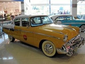 Autos en exposición en el primer piso.