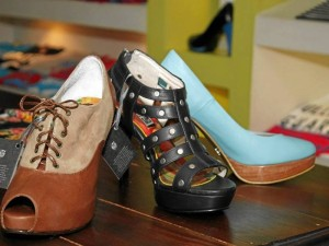 En zapatos, sus estilos casuales llamaron la atención en la pasada temporada de fin de año.