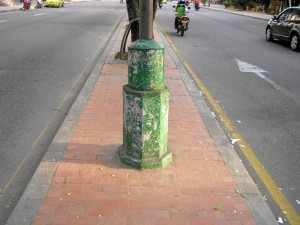 Así quedó el mismo poste de la 27 frente al Parque de Los Niños.