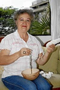 Gloria Stella Martínez de Reyes dice la señora Francisca de Bueno le revivió su talento para tejer aprendido desde muy pequeña.