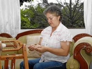 En su casa, frente al parque San Pío, doña Gloria Stella teje bolsos en algodón orgánico.