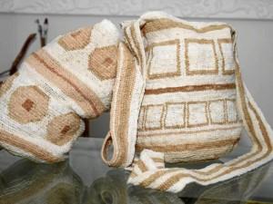 Cerca de 15 días tarda doña Gloria en hacer una mochila de estas.