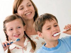 Los odontólogos recomiendan el cepillado de los dientes tres veces al día para niños des-de los 7 años y para los más pequeños dos veces (al levantarse y acostarse).