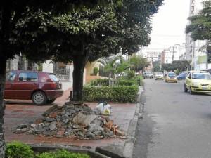 Los escombros están en el andén de la casa de Jhon Jairo Rodríguez Pérez.