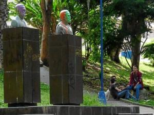 Además de pintura en los bustos del parque Los Sarrapios, las bases están cargadas de grafitis.