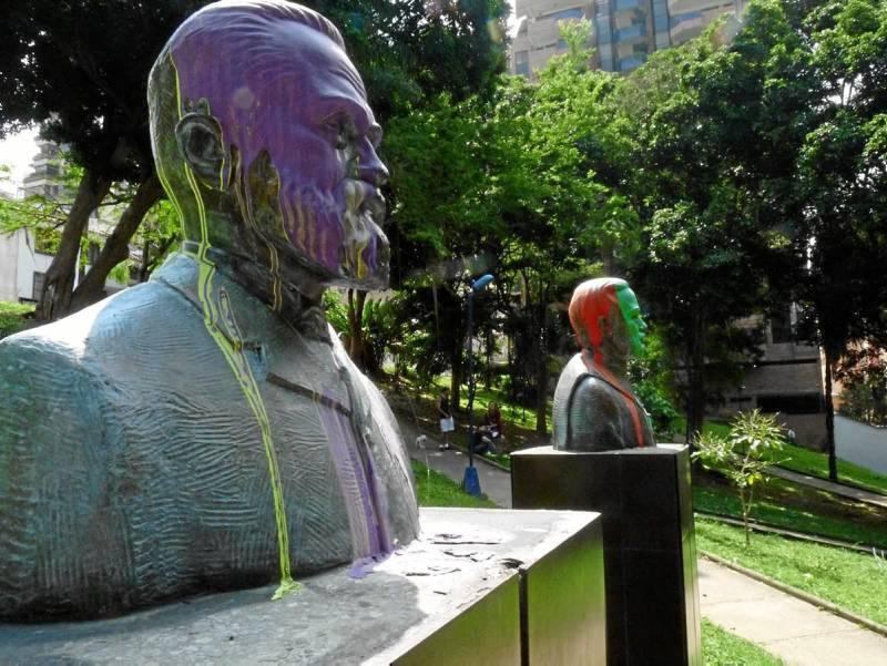 Las manchas de pintura en los bustos de los parques del sector se volvieron costumbre entre los vándalos.