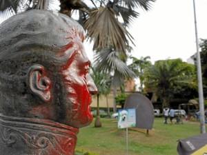 El parque Las Palmas tampoco se salvó de los vándalos, pues hace poco rociaron de pintura el busto del General argentino José de San martín.
