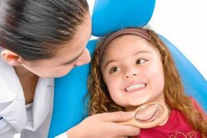 Es importante llevarlos a donde un odontólogo que les hace limpieza y cepillado de una forma profesional y los adecua a visitar el consultorio por prevención.