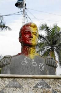 Así está el busto del parque Las Palmas.
