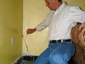 Las grietas en las paredes son notorias en la casa de Sergio Cardozo.