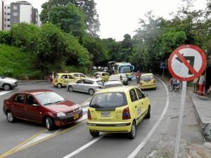 El cruce hacia La Floresta desde la carretera antigua fue uno de los más movidos esta semana, en especial el lunes que coincidió con el paro de taxistas.