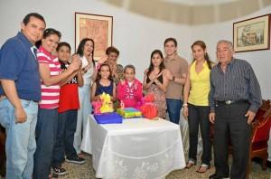 Isabella Lecompte Reyes junto a sus familiares.