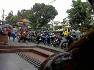 Motos estacionadas en plena carrera 33 entre calles 44 y 45.