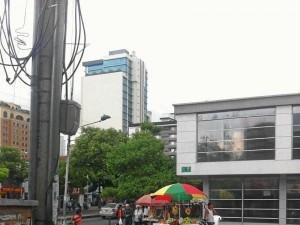 En la calle 48 con carrera 33, además de las ventas ambulantes, un lector denuncia la invasión del andén por parte de motociclistas.