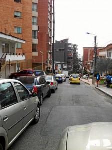 """""""¿Quien pondrá orden en Cabecera? Sus calles son parqueaderos públicos, caos y desorden. Foto de la calle 51 entre 38 y 39"""". Foto de @AMEscandon vía Twitter."""