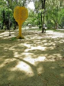 A muchos peatones se les hace fácil pasar por estas zonas verdes.