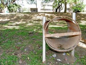 Muchas de las cestas para la basura del parque tampoco prestan sus servicios, pues están totalmente deterioradas.