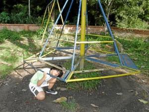El carrusel no tiene las tablas para que los niños se sienten.