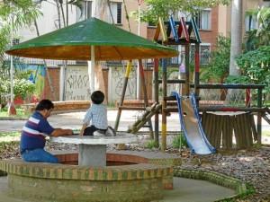 La zona de juegos está deteriorada y los grafitis también hacen parte de los aspectos por mejorar en el parque.