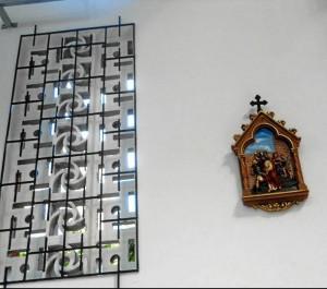Las rejas que cubren los calados fueron pintadas, para darle un aspecto más ordenado al templo. Fotos del antes y después de las rejas.