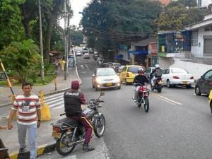 Los constantes trancones en la avenida 42 frente a la Unab son ocasionados por los vehículos mal estacionados.
